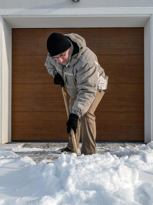 Usuwanie śniegu przed bramą segmentową