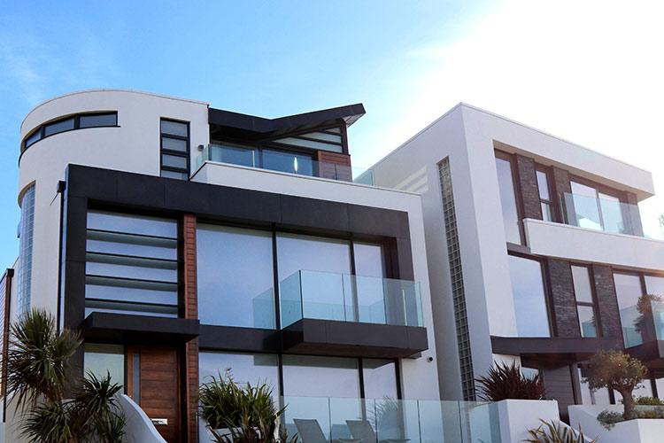 Dom z dużymi oknami