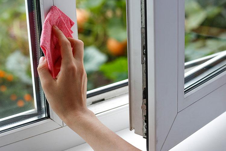 Mycie ramy okiennej