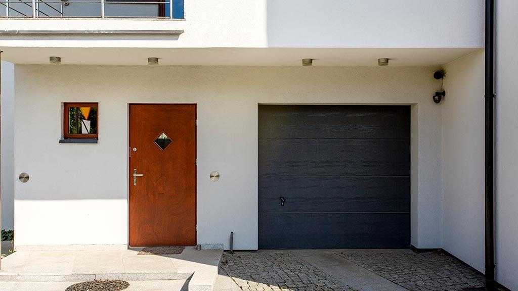 Brama segmentowa z panelem bez przetłoczeń