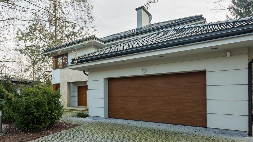 Brama segmentowa w garażu dwustanowiskowym