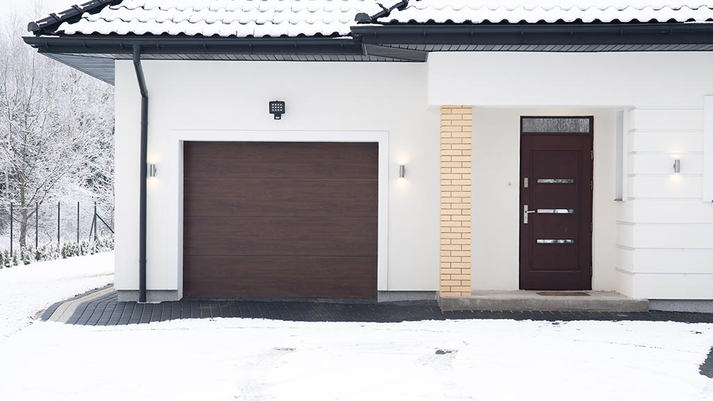 Brama garażowe segmentowa w kolorze orzech