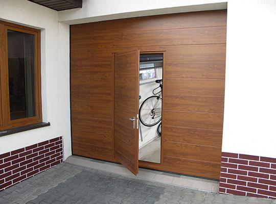Brama garażowa segmentowa wyposażona w furtkę przejściową