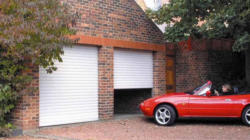 Montaż bramy rolowanej wewnątrz garażu