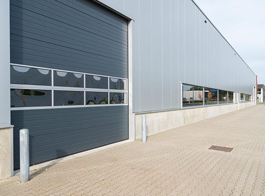 Brama segmentowa przemysłowa z panelem przeszklonym