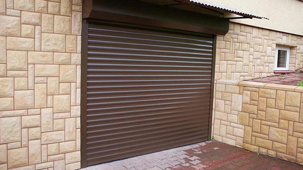 Brama rolowana zamontowana na zewnątrz garażu