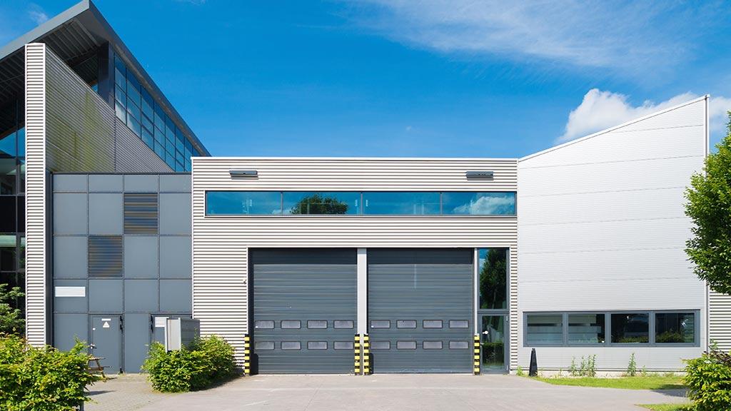 Brama segmentowa przemysłowa z okienkami