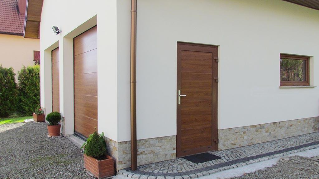 Drzwi boczne z panelem segmentowym