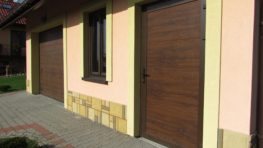 Drzwi boczne garażowe z panelem segmentowym