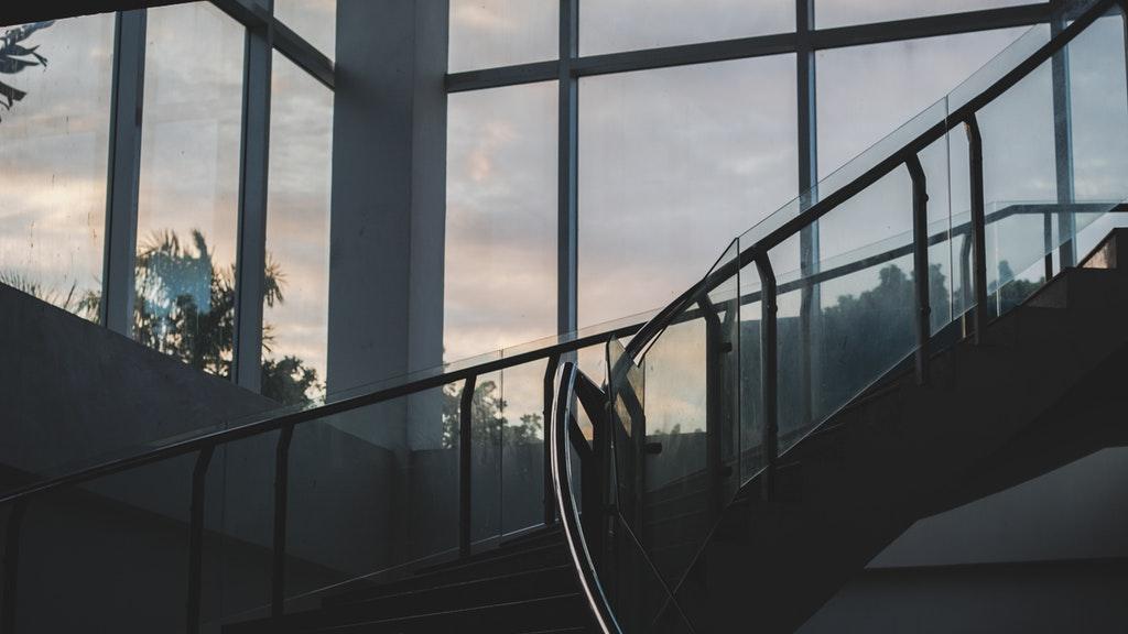 Przeszklone fasady aluminiowe w biurowcu