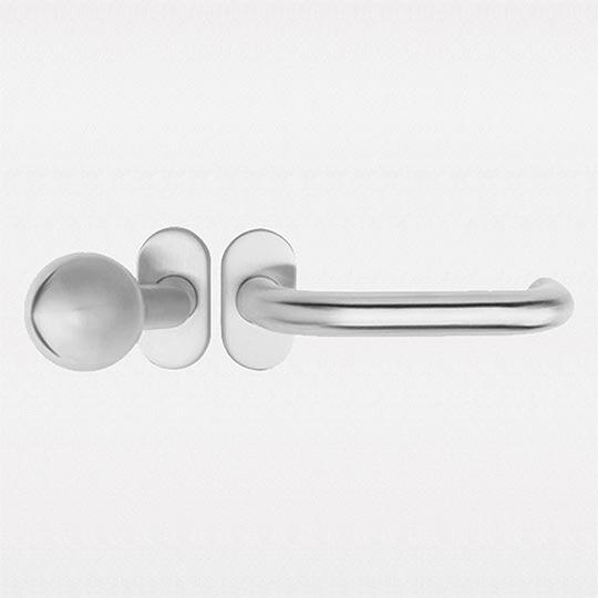 Gałko-klamka w drzwiach zewnętrznych aluminiowych