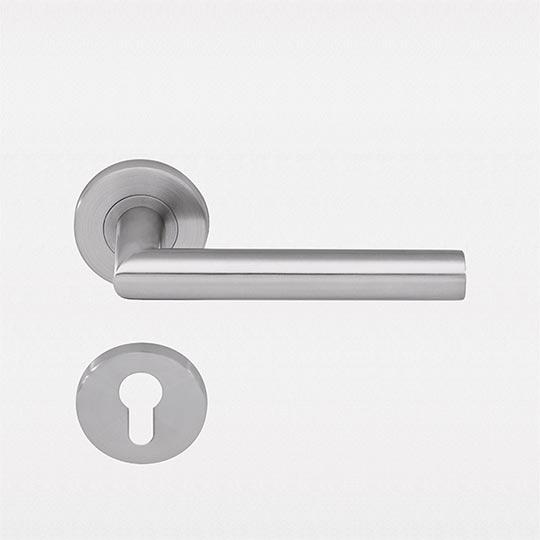 Klamka L-pure w drzwiach zewnętrznych PVC