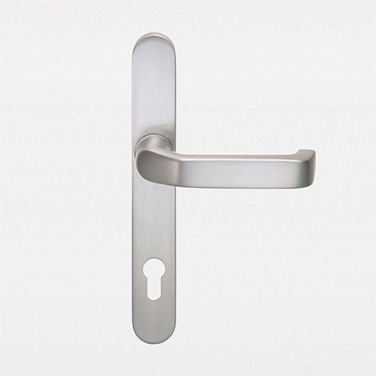 Klamka z długim szyldem w drzwiach zewnętrznych PVC