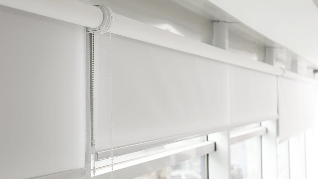 Rolety wewnętrzne wolnowiszące montowane do wnęki okiennej