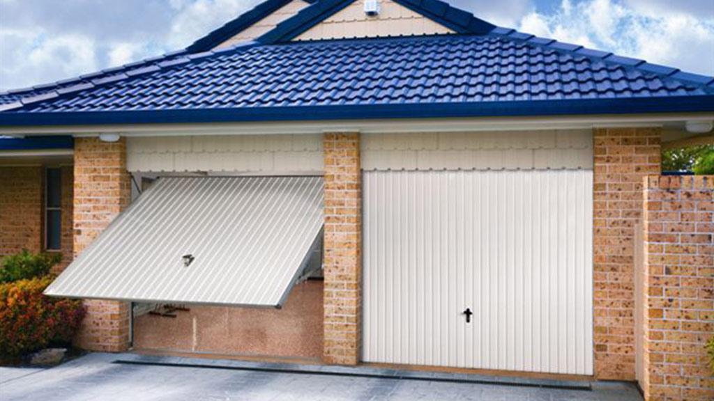 Bramy uchylne w garażu domu jednorodzinnego