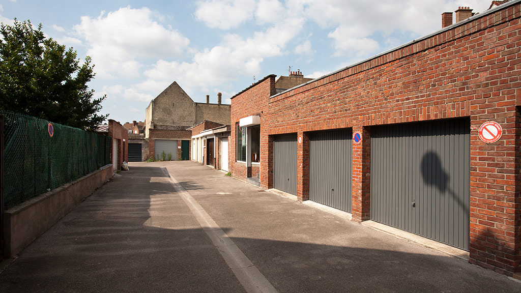 Garaże zbiorcze z bramami uchylnymi