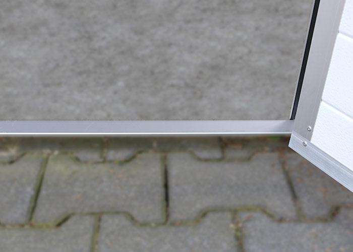 Aluminiowy próg w bramie rozwiernej segmentowej