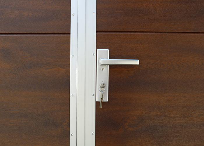 Standardowe wyposażenie bramy rozwiernej segmentowej w klamkę z kluczykiem