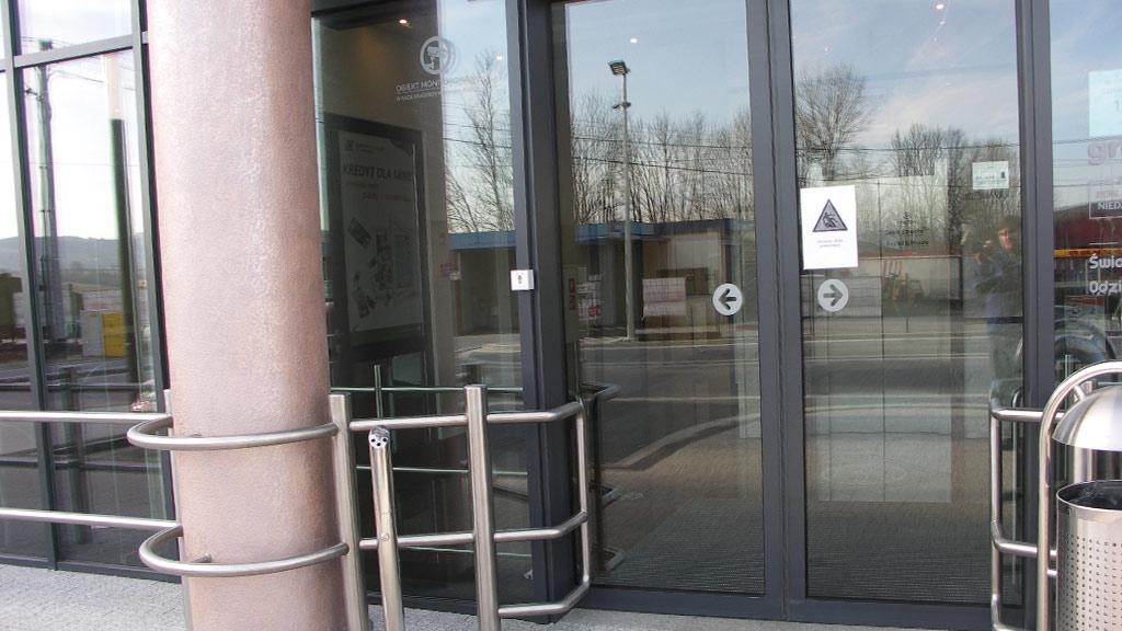 Fasada aluminiowa z drzwiami aluminiowymi