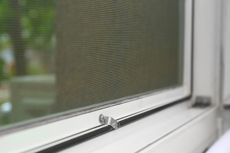 Montaż moskitiery na okno