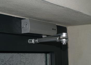 Drzwi aluminiowe wyposażone w samozamykacz