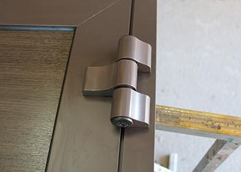 Drzwi aluminiowe wyposażone w zawiasy nawierzchniowe