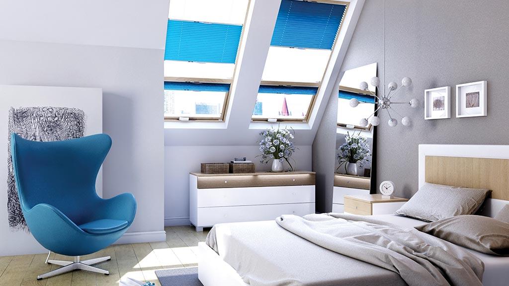 Plissees an den Fenstern im Schlafzimmer