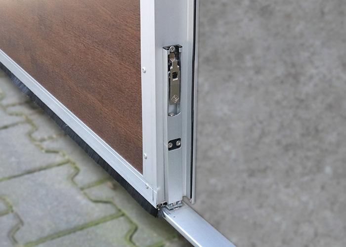 Schnitttür mit einem Riegel ausgestattet