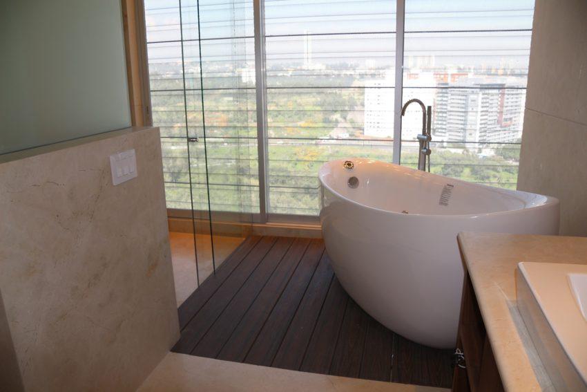 Okno w łazience z widokiem na świat