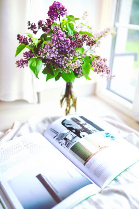Cięte kwiaty w wazonie z butelki